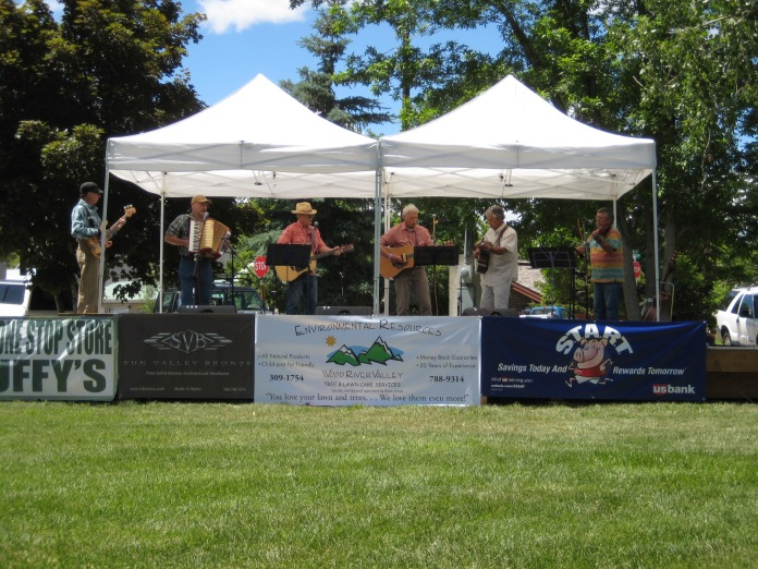 The Boulder Brothers performing in the Bellevue Park, surrounded by stately elms.